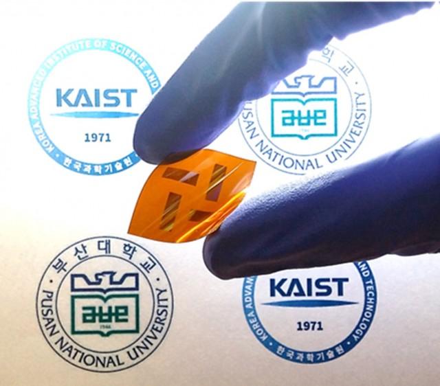 연구팀이 개발한 플라스틱 태양전지. 유연하면서도 고온에 강한 것이 장점이다. - KAIST 및 부산대 제공